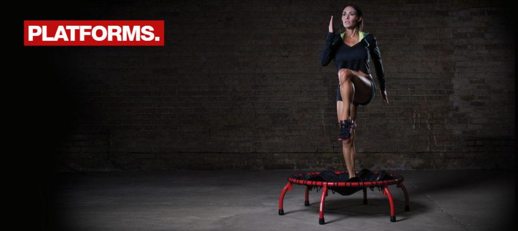 жена тренира на мини трамплин от escape fitness